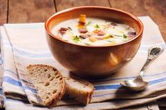 Sopa e pão caseiros quentes fotografia de stock royalty free