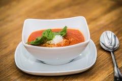 Sopa e queijo da nata do tomate em uma tabela de madeira imagens de stock royalty free