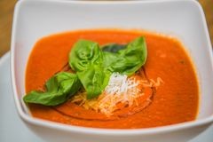 Sopa e queijo da nata do tomate em uma tabela de madeira fotos de stock royalty free