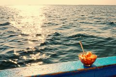 Sopa em um barco fotografia de stock