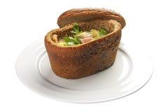 Sopa en el pan ?Bramborachka ? Un plato checo tradicional fotos de archivo