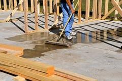Sopa ett cementgolv av en konstruktionsplats Royaltyfria Foton