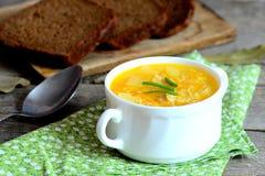 Sopa fácil do arroz Sopa home do arroz com carne, batatas e cenouras em uma bacia Pane partes, colher, guardanapo verde na tabela Imagem de Stock Royalty Free