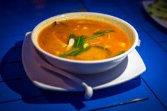 Sopa famosa de Tom Yum Kung Thai com leite do camarão ou do camarão e de coco sobre na bacia branca isolada na tabela foto de stock royalty free