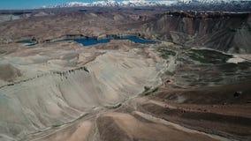 Sopa flyg- vändsikt av bergdalen med blåa korkade berg för sjö och för snö i bakgrunden lager videofilmer