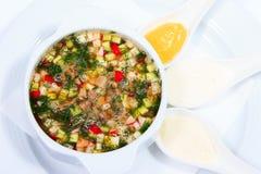 Sopa fría, okroshka tradicional, hachís tradicional Foto de archivo