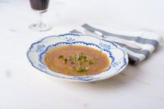 Sopa francesa clássica da cebola em uma tabela de madeira branca com alguns wi vermelhos Imagem de Stock Royalty Free