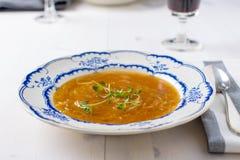 Sopa francesa clássica da cebola em uma tabela de madeira branca com alguns wi vermelhos Imagens de Stock