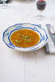 Sopa francesa clássica da cebola em uma tabela de madeira branca com alguns wi vermelhos Fotos de Stock