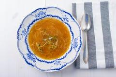 Sopa francesa clássica da cebola em uma tabela de madeira branca com alguns wi vermelhos Imagens de Stock Royalty Free