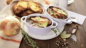Sopa francesa da cebola vídeos de arquivo