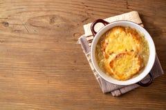 Sopa francesa da cebola com pão torrado e queijo na tabela de madeira rústica imagens de stock