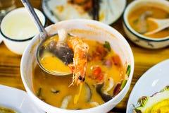 Sopa fresca de Tom Yum Gong servida na tabela imagens de stock