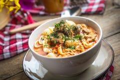 Sopa fresca del tomate con conchigliette foto de archivo libre de regalías