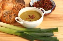 Sopa fresca deliciosa do alho-porro na bacia imagens de stock royalty free