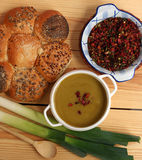 Sopa fresca do alho-porro pronto para comer imagens de stock