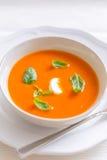 Sopa fresca do creme do tomate decorada com manjericão Fotografia de Stock