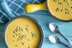 Sopa fresca hecha en casa de la calabaza de la calabaza fotografía de archivo