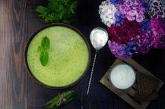 Sopa fresca vegetariana de la crema del guisante, aún vida Foto de archivo
