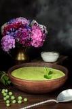 Sopa fresca vegetariana de la crema del guisante, aún vida Imagen de archivo libre de regalías