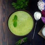 Sopa fresca vegetariana de la crema del guisante, aún vida Imagenes de archivo