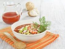 Sopa fria com camarão, vegetais e suco de tomate Foto de Stock