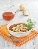 Sopa fria com camarão, vegetais e suco de tomate Imagem de Stock Royalty Free