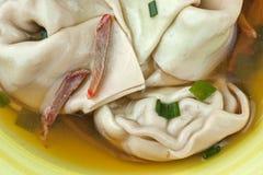 Sopa ganhada da tonelada em uma bacia Foto de Stock
