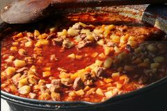 Sopa húngara caliente tradicional del guisado en el fuego abierto imagen de archivo libre de regalías