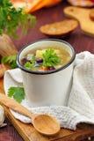 Sopa hecha en casa con las habas y las verduras rojas de riñón Fotos de archivo libres de regalías