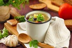 Sopa hecha en casa con las habas y las verduras rojas de riñón Fotografía de archivo