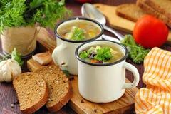 Sopa hecha en casa con las habas y las verduras rojas de riñón Fotos de archivo