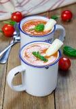 Sopa hecha en casa de la albahaca del tomate en la taza, servida con el palillo del queso de la mozzarella Foto de archivo libre de regalías