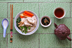 Sopa hecha en casa de la bola de masa hervida con té chino Fotos de archivo