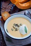 Sopa hecha en casa de la calabaza Fotos de archivo libres de regalías