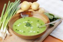 Sopa hecha en casa de la patata y de la espinaca Foto de archivo