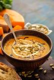 Sopa hecha en casa deliciosa de la calabaza con las semillas Imagen de archivo libre de regalías