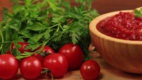 Sopa hecha puré sabrosa fresca brillante del tomate en cuenco de madera con los ingredientes almacen de video