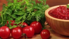 Sopa hecha puré sabrosa fresca brillante del tomate en cuenco de madera con los ingredientes almacen de metraje de vídeo