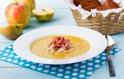 Sopa indiana com maçã, caril, bacon e manjericão fotos de stock royalty free