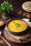 Sopa indiana da lentilha vermelha com pão liso Masoor Dal imagens de stock