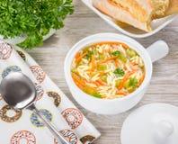 Sopa italiana con las pastas del orzo Sopa del orzo del pollo en un cántaro blanco en fondo de madera Imagen de archivo libre de regalías