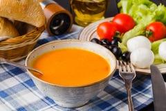 Sopa italiana da abóbora, caseiros tradicionais com pão e antipasti foto de stock
