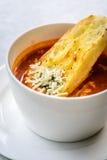 Sopa italiana del minestrone con pan de ajo y queso cheddar rallado Fotografía de archivo libre de regalías