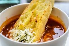 Sopa italiana del minestrone con pan de ajo y queso cheddar rallado Imágenes de archivo libres de regalías
