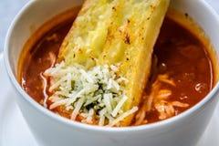 Sopa italiana del minestrone con pan de ajo y queso cheddar rallado Fotos de archivo libres de regalías