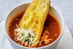 Sopa italiana do minestrone com pão de alho e queijo cheddar raspado Fotografia de Stock
