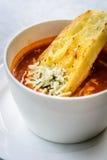 Sopa italiana do minestrone com pão de alho e queijo cheddar raspado Imagem de Stock Royalty Free