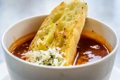 Sopa italiana do minestrone com pão de alho e queijo cheddar raspado Imagem de Stock