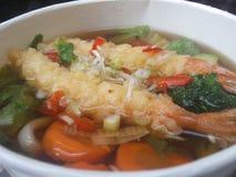 Sopa japonesa deliciosa do udon do tempura fotos de stock royalty free